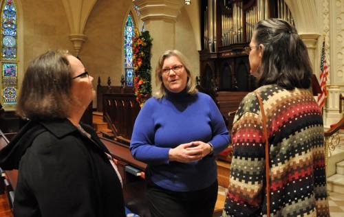 La Rda. Gay Clark Jennings, presidente de la Cámara de Diputados, conversa con dos mujeres el 25 de enero durante una recepción en la iglesia episcopal de La Gracia en Charleston, C.S. Foto de Mary Frances Schjonberg para ENS.