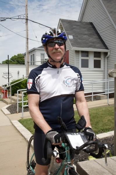 El obispo Mark Hollingsworth Jr. de la diócesis episcopal de Ohio, lleva a cabo la recaudación anual de la Vuelta Ciclista del Obispo.