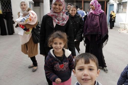 Unos niños le sonríen a la cámara durante una visita al hospital Al Ahli Arab el 2 de enero. Foto de Lynette Wilson para ENS.