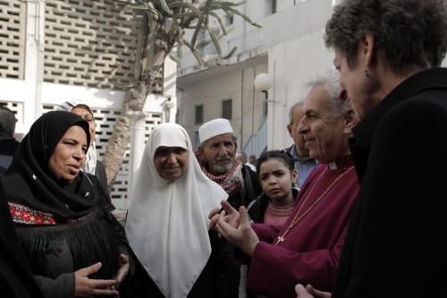 La obispa primada Katharine Jefferts Schori y Suheil Dawani, el obispo anglicano en Jerusalén, escuchan a una mujer musulmana hablar sobre la importancia del hospital Al Ahli Arab el 2 de enero. Foto de Lynette Wilson para ENS.
