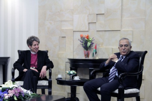 La obispa primada Katharine Jefferts Schori y el primer ministro Salam Fayyad, de la Autoridad Nacional Palestina, durante una reunión en diciembre en la sede del gobierno palestino en Ramala.  Foto de Lynette Wilson para ENS.