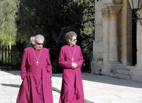 Suheil Dawani, el Obispo anglicano en Jerusalén y la obispa primada Katharine Jefferts Schori durante una visita en diciembre a la iglesia de San Pablo en Jerusalén Occidental. Foto de Lynette Wilson para ENS.