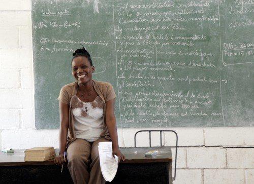 Merlotte Pierre enseigne la grammaire française aux élèves qui étudient au Centre d'agriculture St-Barnabas et travaille à la fois comme secrétaire et enseignant de français au collège. Photo: Lynette Wilson/Episcopal News Service